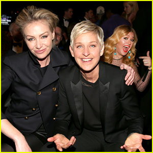 kelly-clarkson-photo-bombs-ellen-degeneres-at-grammys